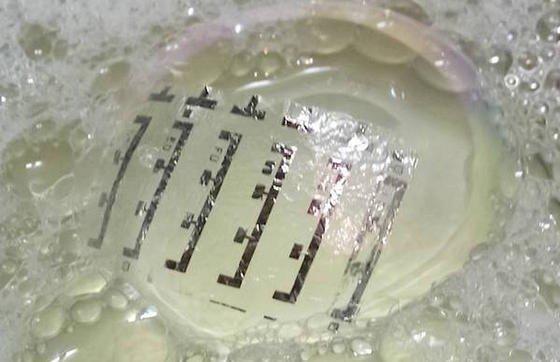 Die magnetische Haut ist so leicht, dass sie auf einer Seifenblase schwimmt. Ein Quadratmeter wiegt lediglich drei Gramm.