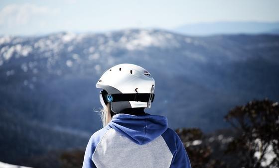 Der Träger kann den Skihelm über Bluetooth mit seinem Smartphone verbinden, bei der Abfahrt Musik hören oder während der Pause telefonieren. Bei einem Unfall lässt sich der Helm mit GPS orten.