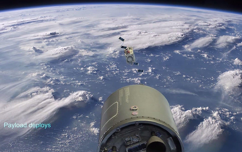 Der Minisatellit schwebt aus dem Trägersystem und entfaltet seine Solarflügel.
