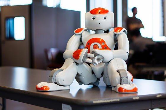 Der humanoide Roboter Nao soll künftig ausländische Kunden der Tokyo-Mitsubishi-Bank begrüßen und zum richtigen Kundenberater geleiten.