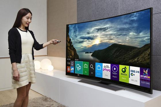 Smart ist offenbar das Gegenteil von verschwiegen: Samsungwarnt seine Kunden in den Lizenzvereinbarungen, die neuen smarten TV-Geräte zeichneten jedes im Wohnzimmer gesprochene Wort auf. Und verschickten sie an Drittanbieter.