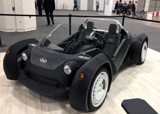Der Strati, ein tiefer gelegter Elektro-Zweisitzer, wurde Mitte Januar auf der Detroit Auto Show vorgestellt. Der Wagen stammt aus einem 3D-Drucker. Das Unternehmen Local Motors aus Chandler im US-Bundesstaat Arizona produziert ihn. Der Herstellungsprozess dauert 44 Stunden, doch Local Motors hat sich vorgenommen, ihn auf 24 Stunden zu reduzieren. Nachdem die Karosserie und das Fahrwerk gedruckt sind, werden die mechanischen Komponenten wie Motor, Batterien, Kabel und Federung ergänzt.