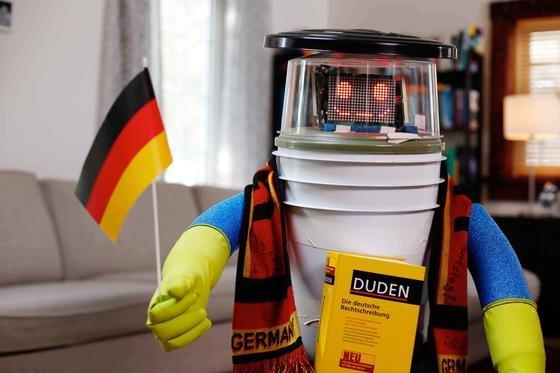 hitchBOT lernt schon fleißig Deutsch für seine zehntätige Reise quer durch Deutschland. Am Freitag startet er in München.