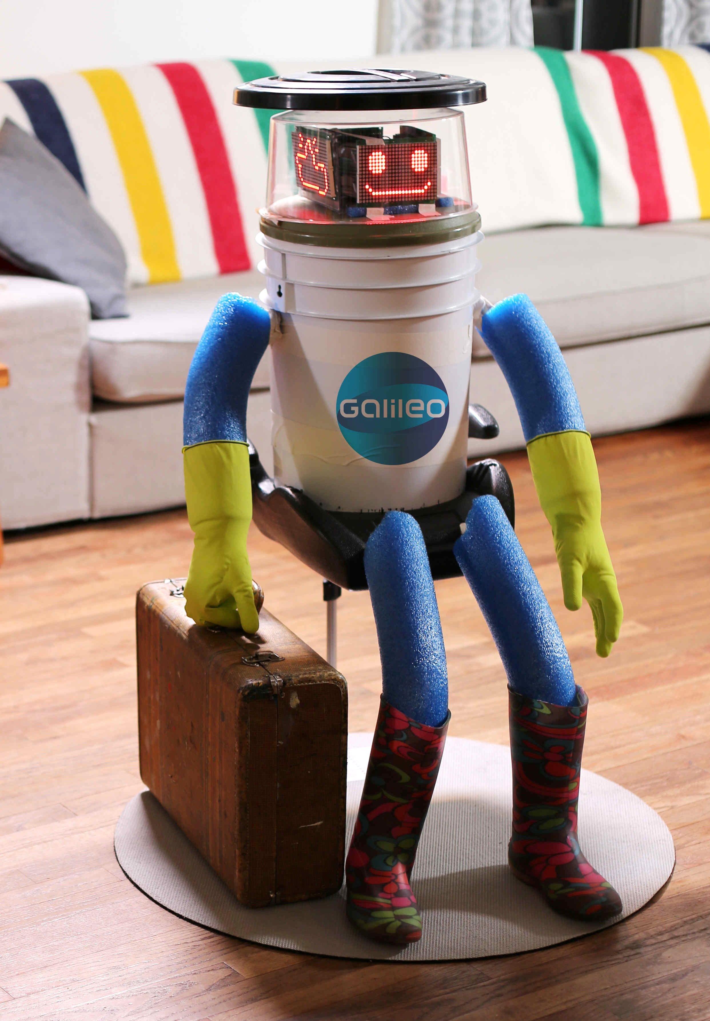 Der Roboter hitchBOT mit gepacktem Koffer: Ob der kleine Kerl darin Strom zum Naschen eingepackt hat?