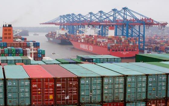 """Die Containerschiffe «CSCL Globe» und «Cap San Antonio""""am Containerterminal Eurogate in Hamburg: Der deutsche Export läuft auf Hochtouren und hat 2014 eine neue Rekordmarke übersprungen.Hauptwachstumstreiber war der Export in EU-Länder. Deutsche Unternehmen verschickten Waren im Wert von 657 Milliarden Euro –ein Plus von 5,4 Prozent im Vergleich zu 2013."""