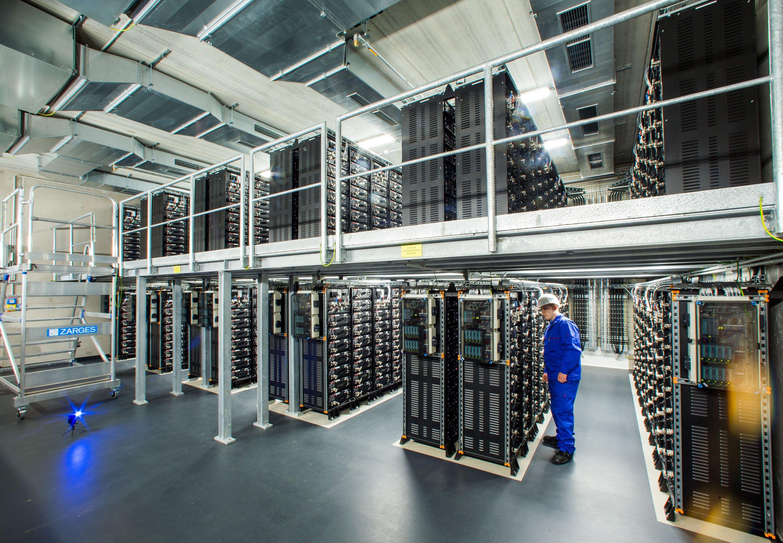 Europas größter kommerzieller Batteriespeicher in Schwerin besteht aus 25.600 Lithium-Ionen-Akkus. Sie können 500 Haushalte einen Tag lang mit Überschussstrom versorgen.
