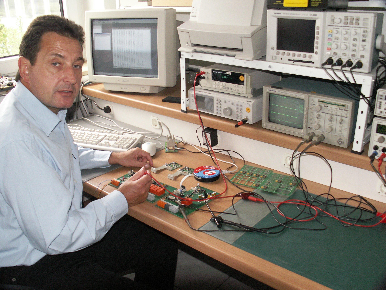Elektrotechniker Jürgen Przybylak hat das Sensorsystem entwickelt, das die P-Wellen vor einem Beben zweifelsfrei misst. Dadurch können die Menschen etwa 30 Sekunden vor den Erschütterungen gewarnt werden und Gebäude noch rechtzeitig verlassen.