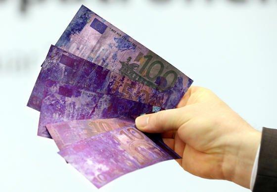 Mit Farbe und künstlicher DNA will die Bahn künftig Geld in Fahrkartenautomaten besprühen, wenn diese geknackt werden. Die Banknoten in den Geldkassetten werden damit unbrauchbar gemacht. Die Bahn hofft dadurch, die Zahl der Diebstähle senken zu können.