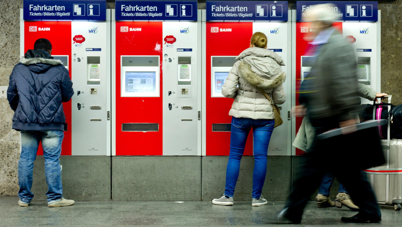 Fahrkartenautomaten der Deutschen Bahn: Künftig sollen Farbbomben platzen, wenn Diebe versuchen, den Automaten zu knacken. Das Geld wird dadurch unbrauchbar.