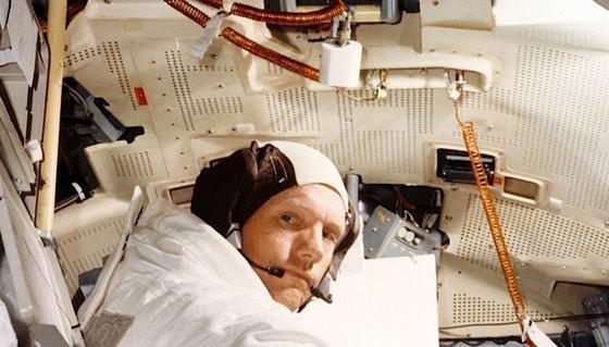 Astronaut Neil Armstrong war der erste Mensch, der den Mond betreten hat. Nach seinem Tod im August 2012 fand seine Witwe zuhause in einem Schrank heimliche Mitbringsel von der Reise zum Erdtrabanten. Jetzt sind sie im Raumfahrtmuseum in Washington D.C.zu sehen.