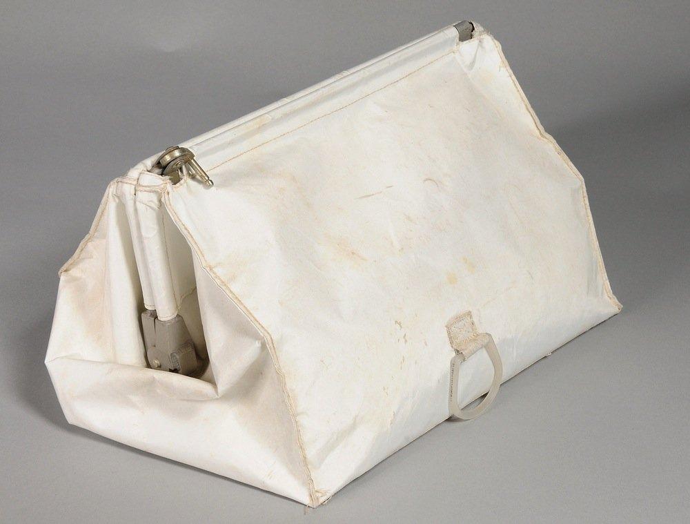 Sieht aus wie ein Kulturbeutel und hat jetzt Kultstatus: In dieserMcDivitt-Tasche bewahrte Neil Armstrong seine Erinnerungsstücke an den historischen Flug zum Mond auf.