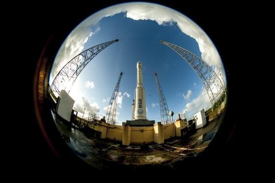 Die Trägerrakete Vega VVO4 mit dem Raumtransporter<strong></strong>IXV an Bord wartet am Raumbahnhof inKourou in Französisch-Guyana auf das Startsignal.