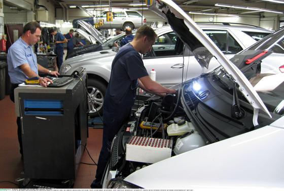 Reparatur in einer Mercedes-Werkstatt: Die Rückrufe sind im vergangenen Jahr auf Rekordniveau gestiegen.
