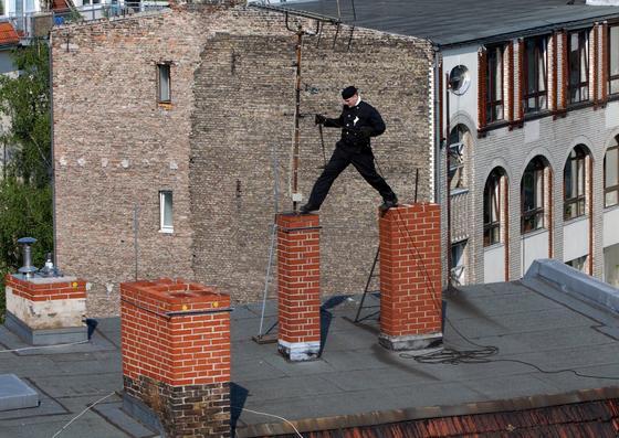 Schornsteinfeger in Berlin springt von einem Kamin zum nächsten: Durch die Zunahme von Pellet- und Kaminöfen ist die Feinstaubbelastung in den Städten stark gestiegen. Jetzt haben Forscher aus Karlsruhe ein System entwickelt, das durch mehr Sauerstoff die Verbrennung optimiert und die Feinstaubbelastung drastisch senkt.