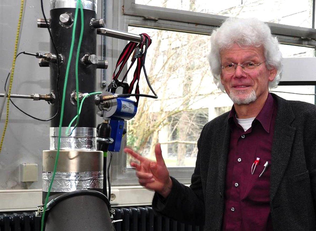Professor Dr. Heinz Kohler vom Institut für Sensorik und Informationssysteme (ISIS) der Hochschule Karlsruhe hat ein Sensor- und Regelungssystem entwickelt, das den Verbrennungsprozess in Pelletöfen optimiert und den Schadstoffausstoß damit minimiert.