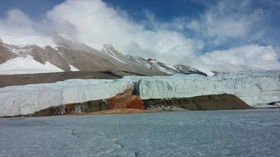 Ein rostbrauner, blutroter Strom ergießt sich aus dem antarktischen Taylor-Gletscher in den Lake Bonney. Eisenhaltiges extrem salziges Wasser tritt sporadisch durch kleine Risse in der Eiskaskade aus und verleiht so dem Wasser seine blutige Farbe – die sogenannten Blood Falls. Ziel der Untersuchung war ein subglazialer See von unbekannter Größe, überlagert von dickem Eis, mehrere Kilometer von dem kleinen Auslass von den Blutfällen entfernt. Das Wasser in dem See ist seit mutmaßlich zwei Millionen Jahren völlig von der Außenwelt abgeschieden.