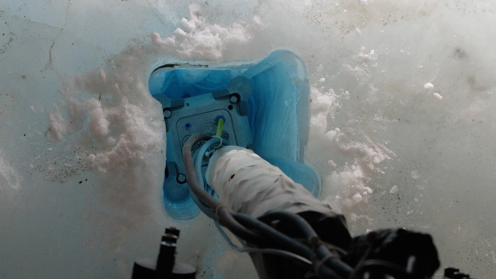 Mit einer Geschwindigkeit von einem Meter pro Stunde in einem Winkel von 65 Grad schmilzt sich der Eis-Maulwurf langsam in Richtung Ziel: 16 Meter tief in eine Gletscherspalte im Taylor-Gletscher, die das sogenannte Brine vom subglazialem See bis zu ihrem Auslass in den Bonney-See transportiert.