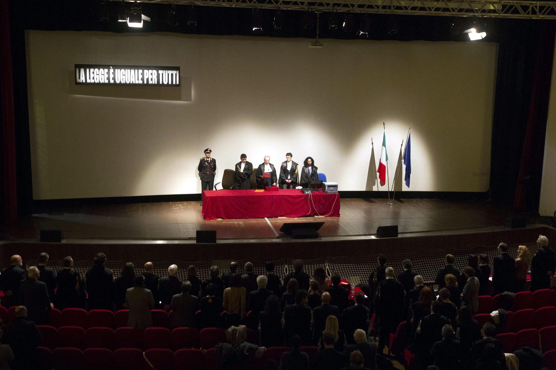 Im zum Gerichtssaal umfunktionierten Teatro Moderno im toskanischen Grosseto wurde Kapitän Francesco Schettino zu 16 Jahren und einem Monat Gefängnis verurteilt. Zudem bekam er ein lebenslängliches Verbot, öffentliche Ämter zu bekleiden.