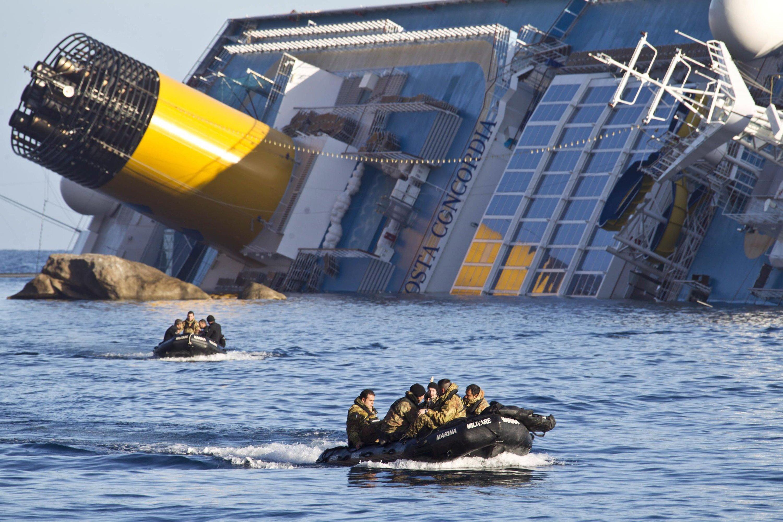 Rettungsmannschaften fahren am 31. Januar 2012 zum gekenterten Kreuzfahrtschiff Costa Concordia vor der Küste von Giglio.