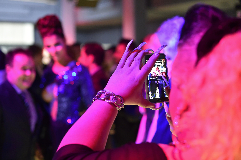 Frau mit Smartphone auf den 65. Internationalen Filmfestspielen in Berlin: Besonders in New York und London ist der Diebstahl von iPhones stark rückläufig.
