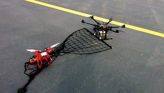 Geschafft: Der mit einem Netz ausgerüstete Drohnenfänger namens Interceptor Drone Mp 200hat die rote Drohne eingefangen und zurück auf den Boden gebracht.