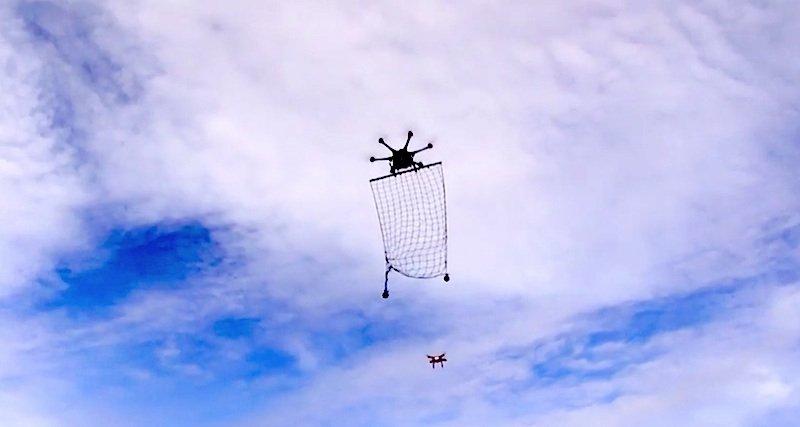 Gleich geht die Drohne ins Netz: Nachdem dieInterceptor Drone Mp 200 sich an ihr Zielobjekt herangepirscht hat, bringt sie sich in Position – dasNetz befindet sich auf der Höhe des Eindringlings, so dass dieser hineinfliegen und sich verheddern kann.