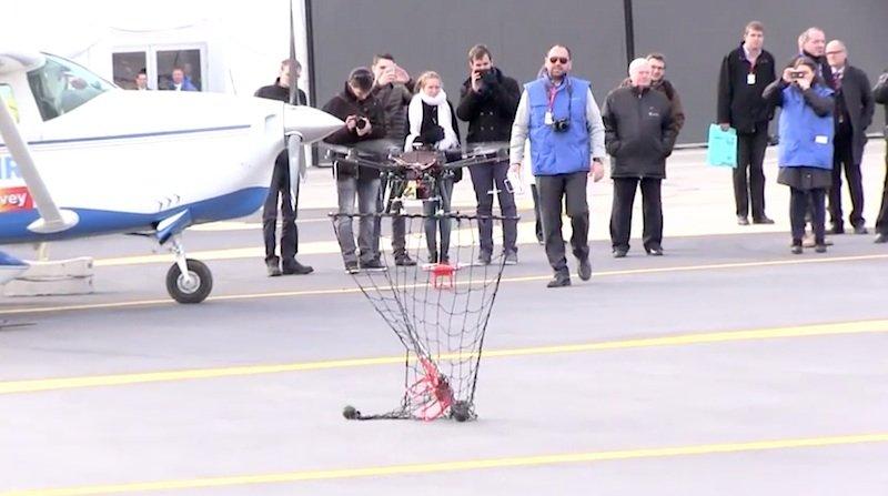 Die Interceptor Drone Mp 200 hat ihre Mission erfüllt: den Eindringling eingefangen und am Boden abgesetzt.