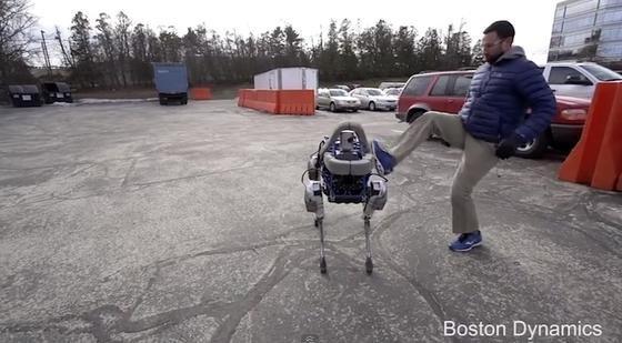 Diesen Hund haut so schnell nichts um: Der 73 Kilo schwere Roboter Spot hält selbst heftigen Tritten stand.