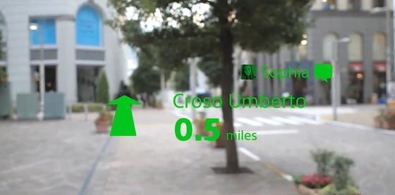 Auf beide Brillengläser kann der Nutzer Informationen einblenden lassen. In diesem Fall ist die Fußgängernavigation eingeschaltet. Zugleich wird eine Kurznachricht eingeblendet.