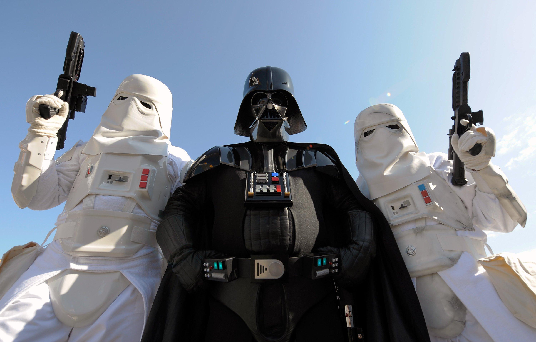 Fiktion trifft Realität: Mitglieder des Kostüm-Clubs German Garrison präsentieren sich als Star-Wars-Figuren. Die Filme mit den Sternenkriegern haben in Kindertagen bei Robert P. Schröder die Weltall-Sehnsucht geweckt.