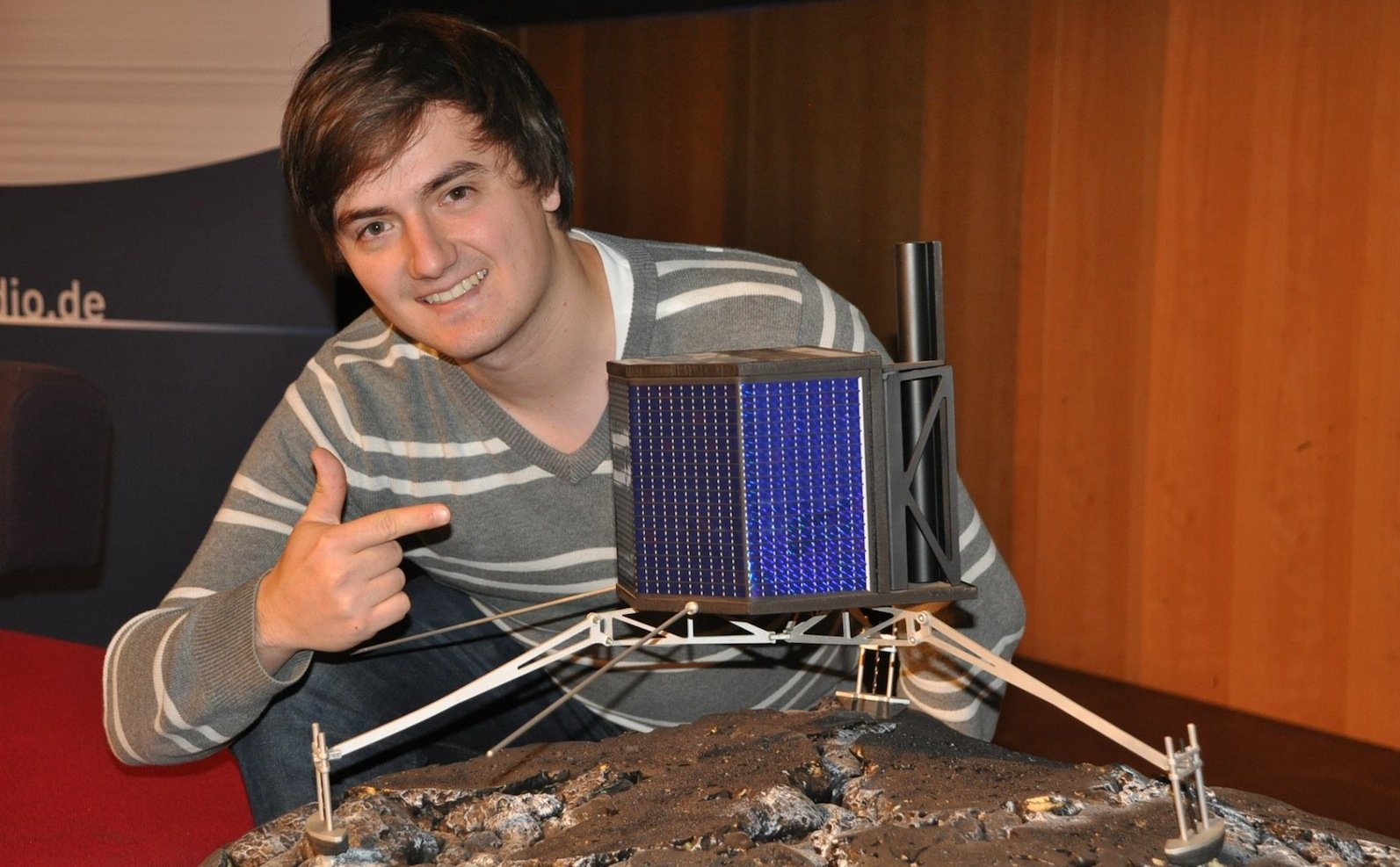 Mars-One-Kandidat Schröder mit einem Modell der Raumsonde Philae. Sieist der erste von Menschen gebaute Apparat, der auf einem Kometen weich landete.