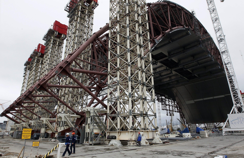 Die Bauarbeiten an der neuen Schutzhülle für den zerstörten Atomreaktor in Tschernobyl (Ukraine) stoppen immer wieder mangels Geld.