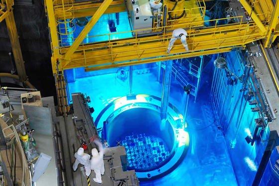 Druckbehälter im belgischen Atomkraftwerk in Doel: Die Stahlhülle weist13.047 feine Risse auf. Jetzt prüft die belgische Atomaufsicht, ob der Behälter aufgrund der Schäden explodieren kann.