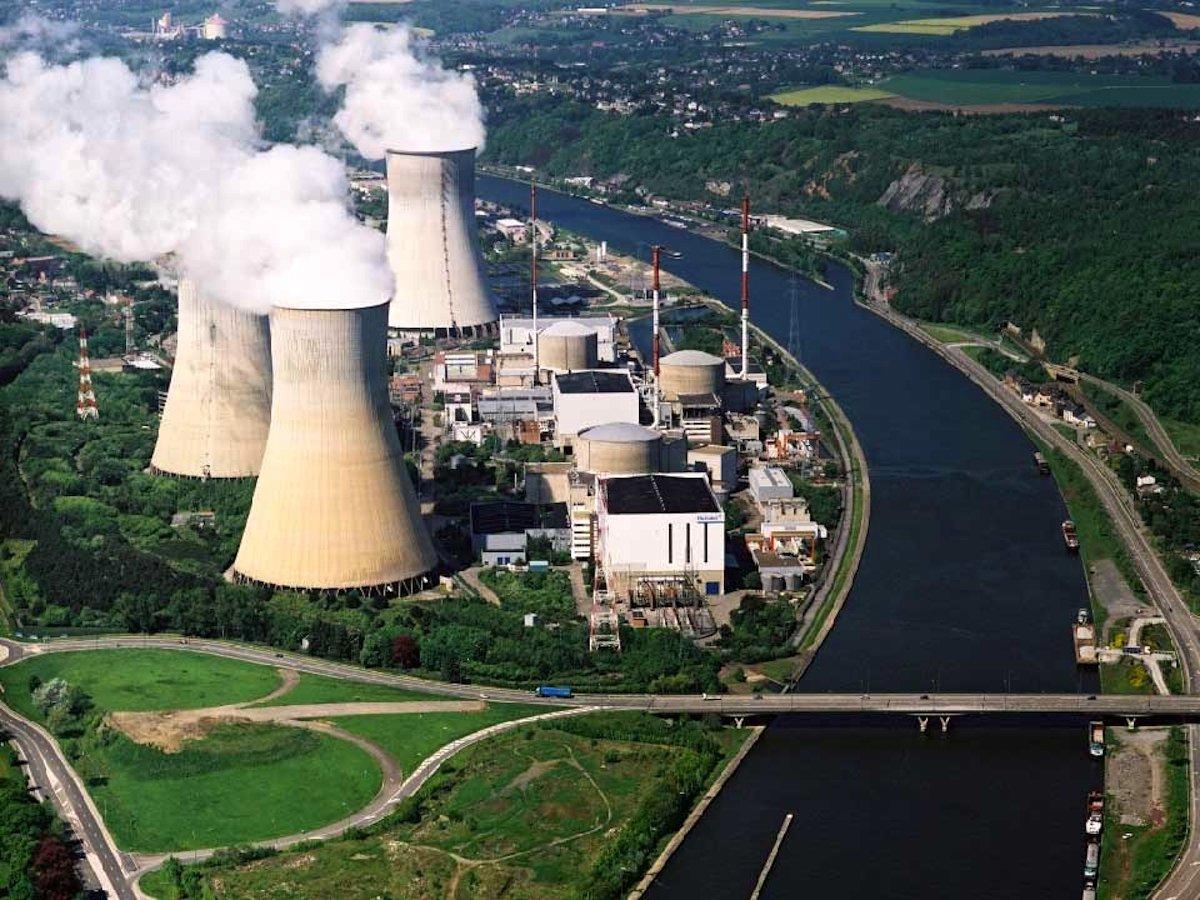 Das Atomkraftwerk Tihange an der Maas: Der von Rissen übersähte Druckbehälter ist derzeit stillgelegt.