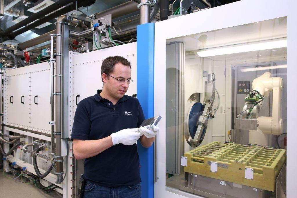 Batterie nach Hybrid-Standard: Ein ZSW-Mitarbeiter mit dem fertigen Produkt.