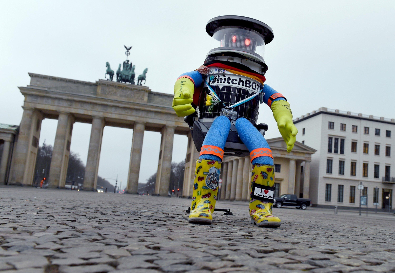 Der Roboter hitchBOT steht am 18. Februar 2015 in Berlin vor dem Brandenburger Tor.
