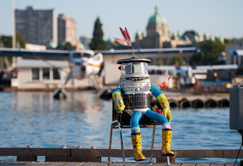 Hat sich eine Pause verdient: Nach mehr als 6000 getrampten Kilometern durch Kanada ruht sich Roboter hitchBOT am 21. August 2014 im Hafen von Victoria auf einem Stuhl aus. Aktuell tourt er durch Deutschland.