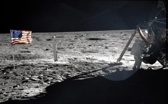 """Neil Armstrong, der erste Mensch auf dem Mond. Sein legendärer Ausspruch""""Ein kleiner Schritt für den Menschen, ein riesiger Sprung für die Menschheit."""" ist im Original im Tonarchiv der NASA nun verfügbar, so wie viele andere Tondokumente auch."""