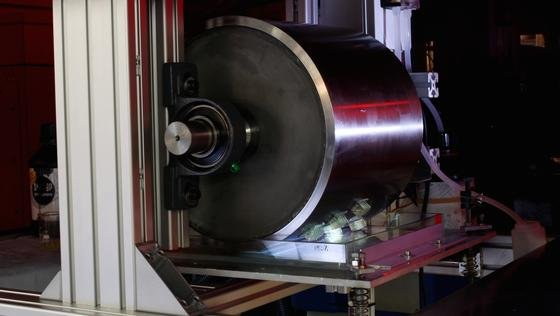 Eine große Walze und Halbleiterlaser ermöglichen eine kontinuierliche Fertigung nach dem Schichtbauprinzip für Kunststoffe.