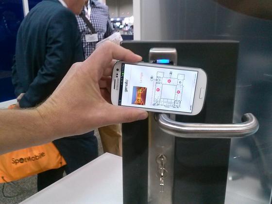 SIM-Karten-gestützte Technik des niederländischen Unternehmens Gemaltozur Öffnung von Türen per Smartphone. Offenbar haben die Geheimdienste NSA und GCHQdas Unternehmen gehackt und kennen nun die Verschlüsselungscodes der SIM-Karten. Dadurch können sie Gespräche mithören und Datenströme mitlesen.
