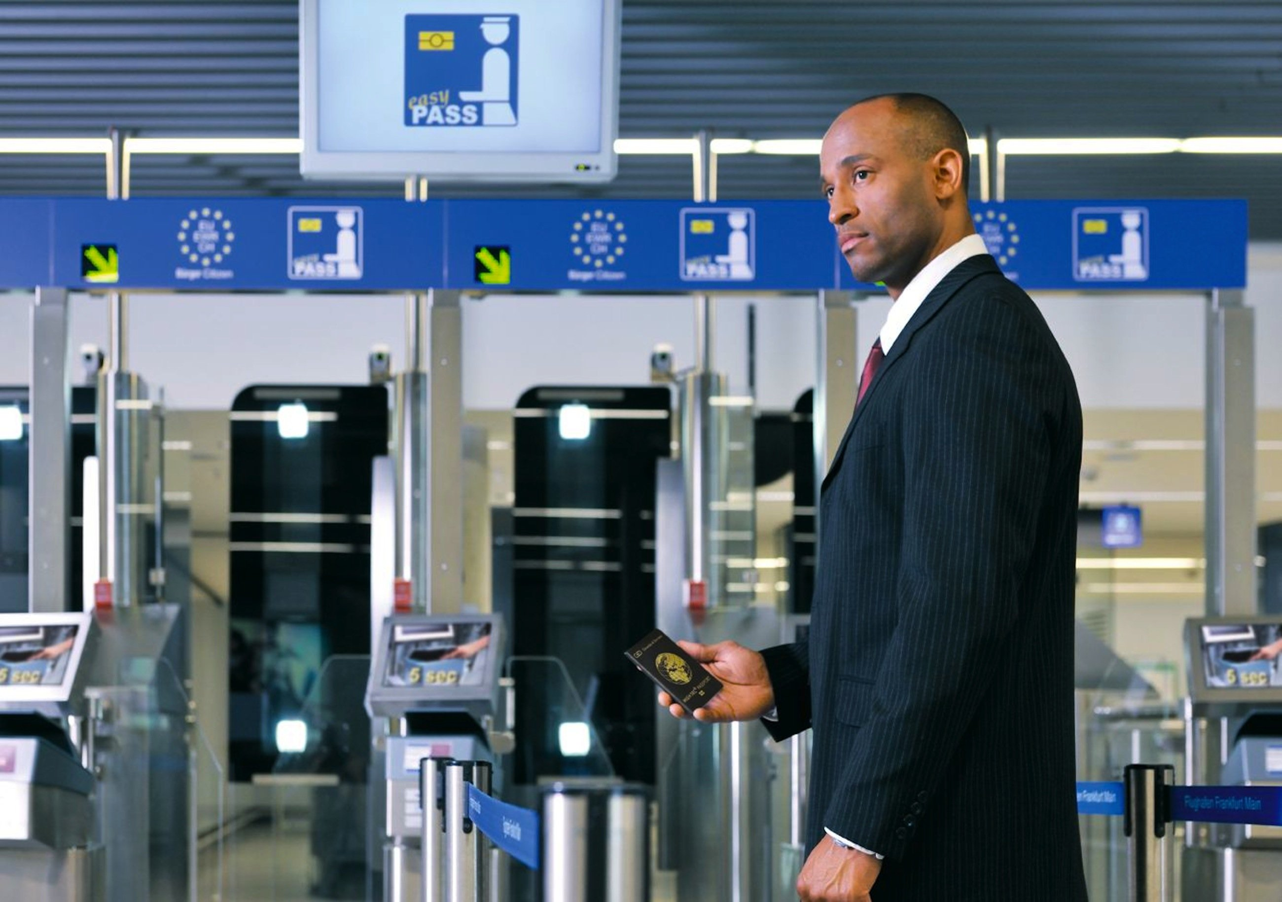 Autorisierung per Smartphone am Flughafen: Auch der deutsche Gemalto-Konkurrent Giesecke & Devrientsoll Gegenstand vonHackerangriffen gewesen sein.