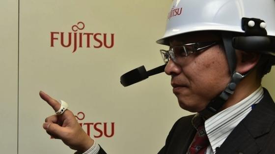 Außen Plastik, innen viel Technik: Fujitsu hat den Prototyp eines intelligenten Rings vorgestellt. Mit ihm kann man in der Luft schreiben, virtuelle Computermenüs bedienen und drahtlos mit Tablets und Smartphones kommunizieren.