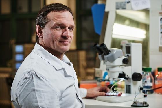 TU-Wissenschaftler Dr. Uwe Marx mit dem Multiorgan-Chip unterm Mikroskop.
