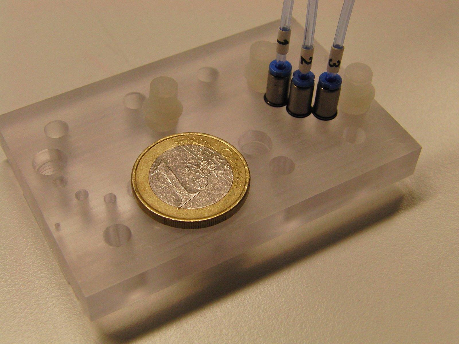 Mit dem kompakten Multiorgan-Chip (Größenvergleich Ein-Euro-Münze) und dessen drei separaten Mikrokreisläufen können Forscher die Regeneration von bestimmten Nierenzellen untersuchen.