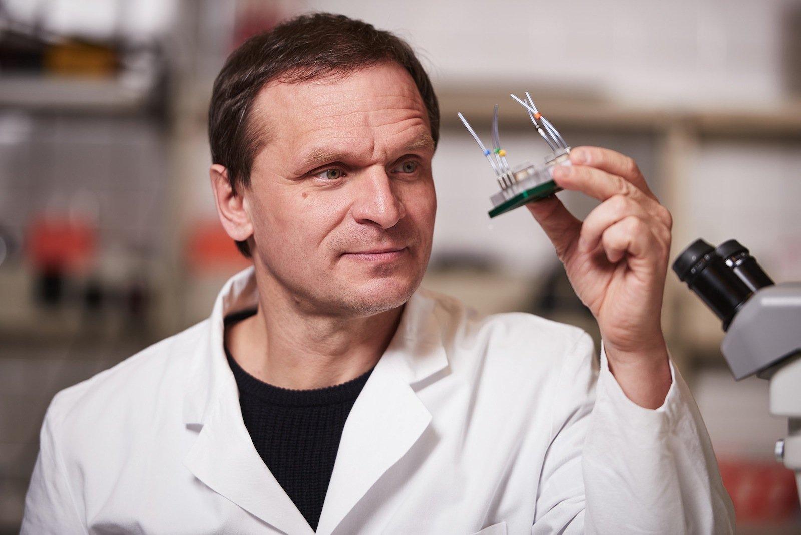 Biotechnologe Uwe Marx ist überzeugt, dass mit dem Chip das Leid von Abermillionen Tieren reduziert wird und Entwicklungskosten eingespart werden.