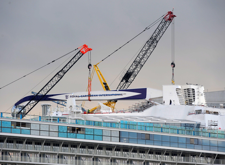 Zwei Autokräne installieren im Hafen der Meyer Werft Schornsteine und die 90 Meter hohe Aussichtsgondel North Star. Im März 2015 soll die Anthems of the Sea dann startklar sein und Richtung Nordsee aufbrechen.