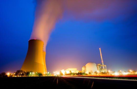 Im Gegensatz zu klassischen Atomkraftwerken nutzt der neue Reaktortyp Schmelzsalz statt Kühlwasser. Das soll auch im Notfall bei einem Stromausfall die Kühlung der Brennstäbe ermöglichen und Kernschmelzen verhindern.