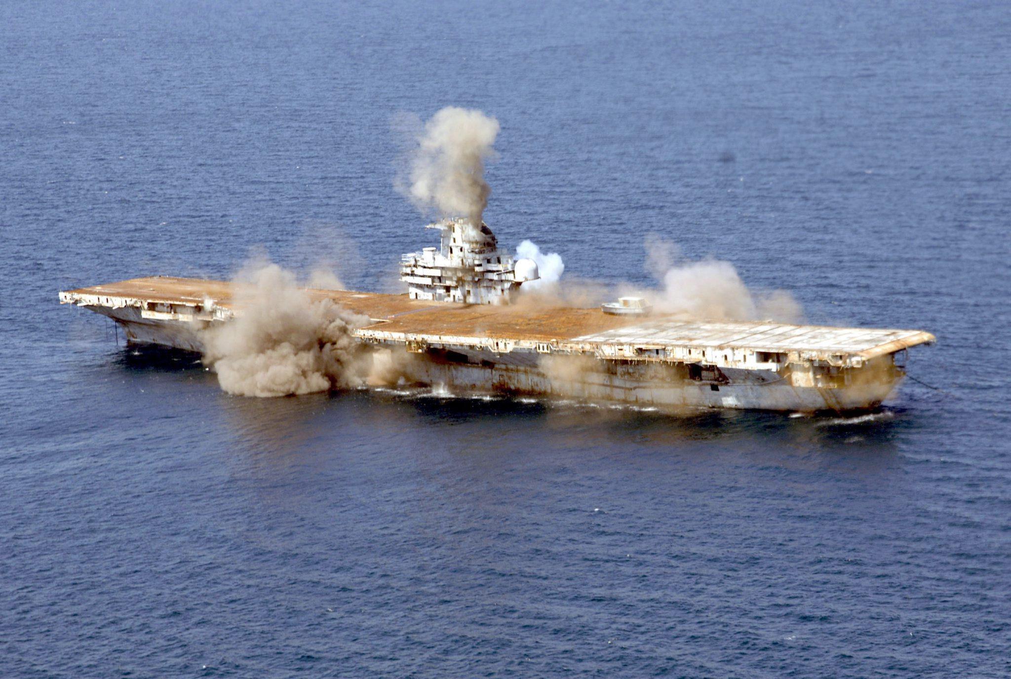 Der amerikanische Flugzeugträger USSOriskany wurde 2006 vor der Küste Floridas gesprengt und versenkt. Er soll ein künstliches Riff bilden.