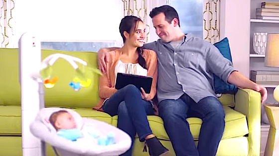 Eltern können auf dem Sofa sitzenbleiben und per Tablet die Roboterwiege steuern, die das Kind in den Schlaf schaukelt. In der einfachsten Ausführung kostet die Wiege 180 Euro.