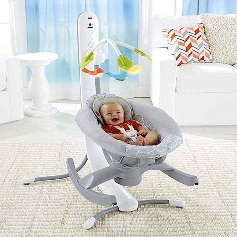 Über dem Kopf des Babys ist ein futuristisches Mobile mit leuchtenden Vögeln angebracht. Die Stromversorgung übernehmen Netzteil oder Akku.